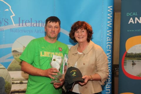 Dawn Livingstone presenting the winner with hid trophy and cheque